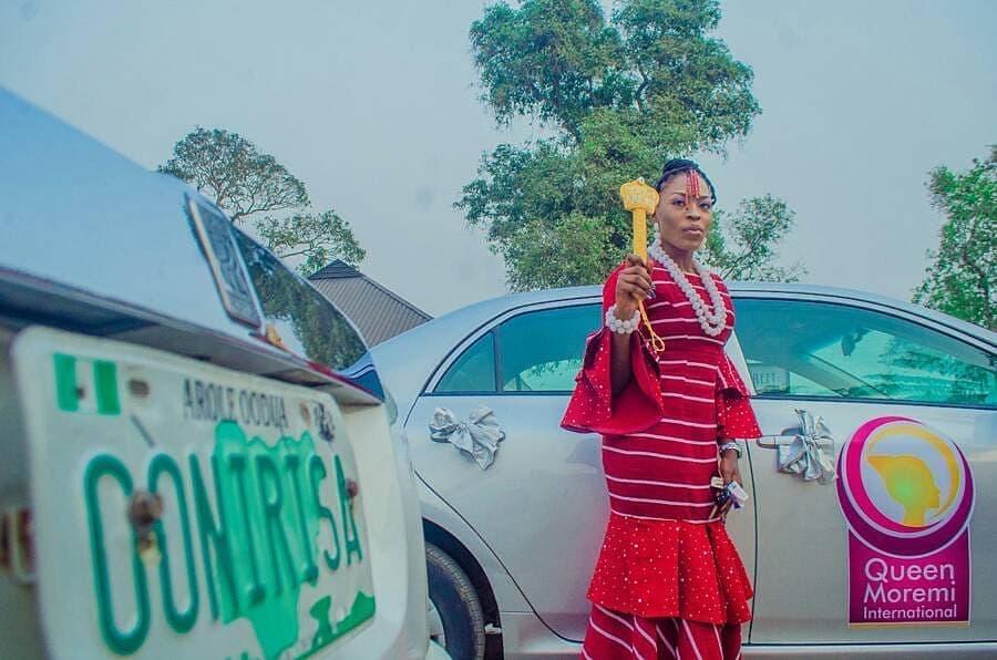 Queen Iyimide Sola Shittu (QMA Queen 2017/2018) receiving her car